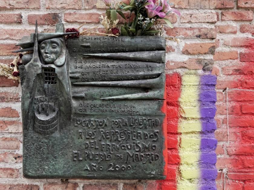 Placa conmemorativa a los represaliados del franquismo en el Cementerio Civil de Madrid. Imagen de Luis F. Roncero.