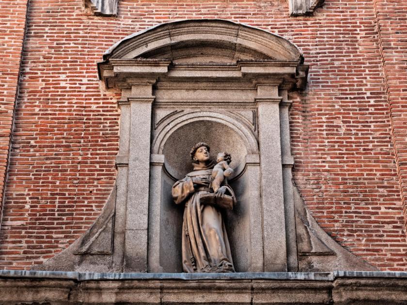 Puerta de la Iglesia de San Antonio de los Alemanes decorada con un frontón curvo de San Antonio de Padua y el niño Jesús. Fotografía de Luis F. Roncero.