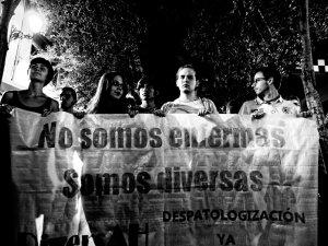 """Panacarta transgénero """"No somos enfermas, somos diversas"""". Manifestación por la despatologización de la transexualidad en Madrid. By Luis F. Roncero"""