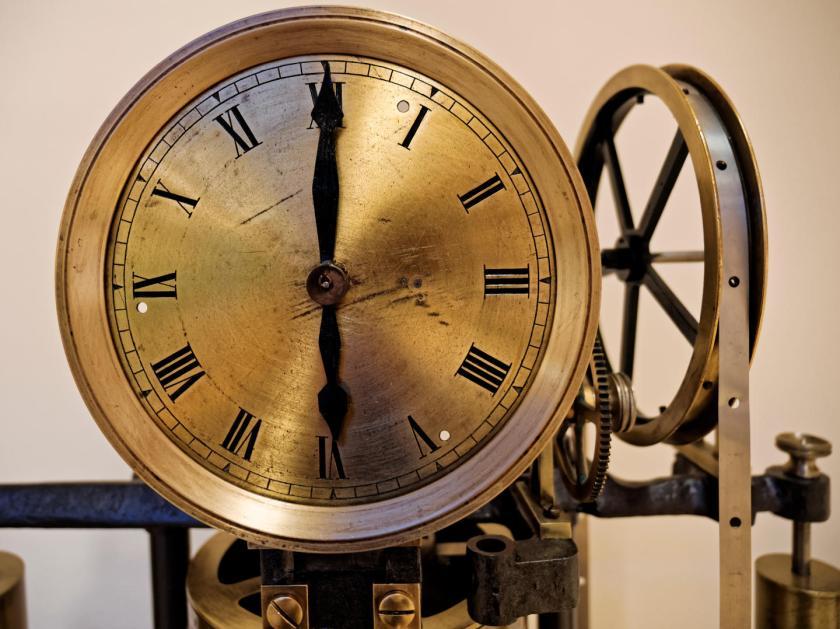 Cronómetro astronómico dorado en el Real Observatorio Astronómico de Madrid. Fotografía de Luis F. Roncero.