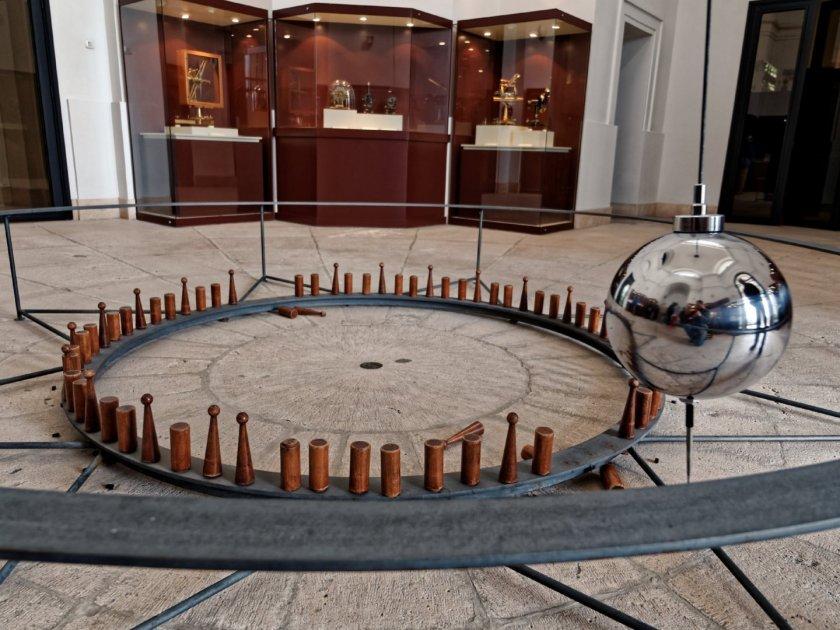 Péndulo de Foucault en el Real Observatorio Astronómico de Madrid. Fotografía de Luis F. Roncero.