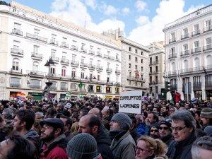 """Pancarta contra la corrupción en España: """"Corruptos ladrones"""". En La Marcha del Cambio convocada por Podemos el 31 de enero de 2015 en Madrid. By Luis F. Roncero"""