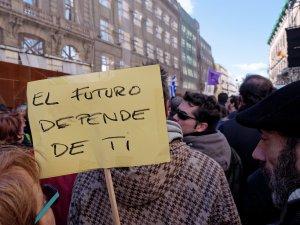 """Pancarta que reza """"el futuro depende de tí"""". En La Marcha del Cambio convocada por Podemos el 31 de enero de 2015 en Madrid. By Luis F. Roncero"""