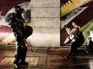 Antidisturbios impide a una fotógrafa hacer su trabajo. Marchas de la Dignidad. Manifestación en Madrid. By Luis F. Roncero