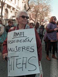 """Mujer sostiene pancarta: """"Asociación de Mujeres Ateas"""". Manifestación el Día Internacional de la Mujer en Madrid. By Luis F. Roncero"""