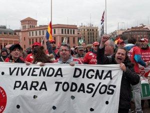 """Mujer grita tras una pancarta que pide """"Vivienda digna para todos y todas"""". Marchas de la Dignidad. Manifestación en Madrid. By Luis F. Roncero"""
