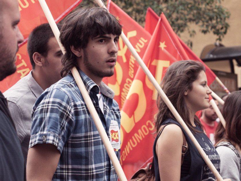 Jóvenes manifestantes con banderas comunistas. Manifestación en Madrid contra la reforma de la ley del aborto del Partido Popular. Fotografía de Luis F. Roncero.