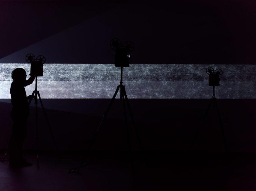 """Rafaga de luz horizontal atraviesa el escenario. Martin Messier """"Projectors"""". Performance audiovisual en el Centro de Arte Dos de Mayo. Fotografía de Luis F. Roncero."""
