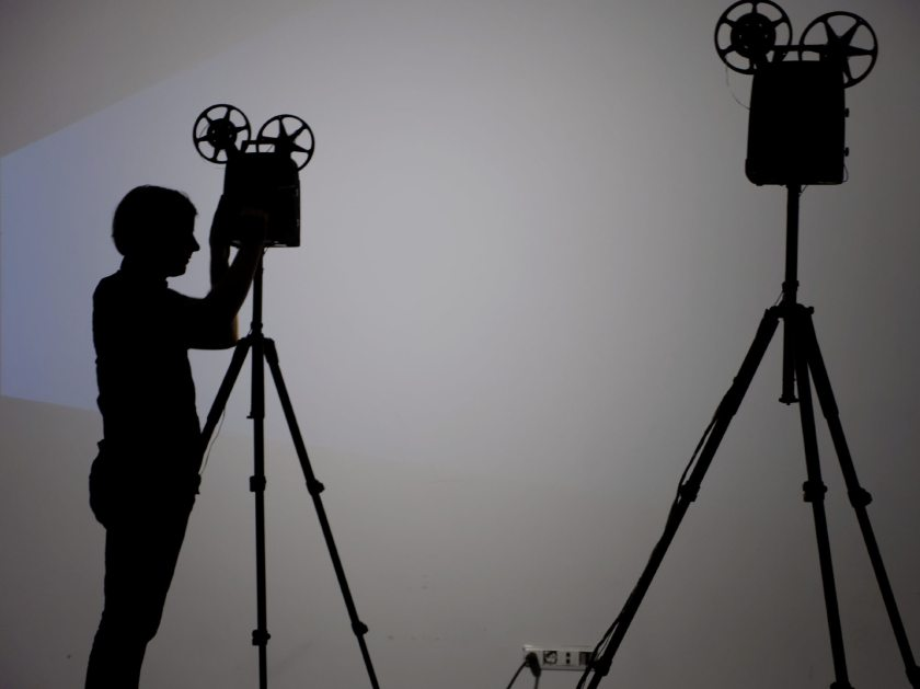 """Silueta de Martin Messier operando unos proyectores. """"Projectors"""". Performance audiovisual en el Centro de Arte Dos de Mayo. Fotografía de Luis F. Roncero."""
