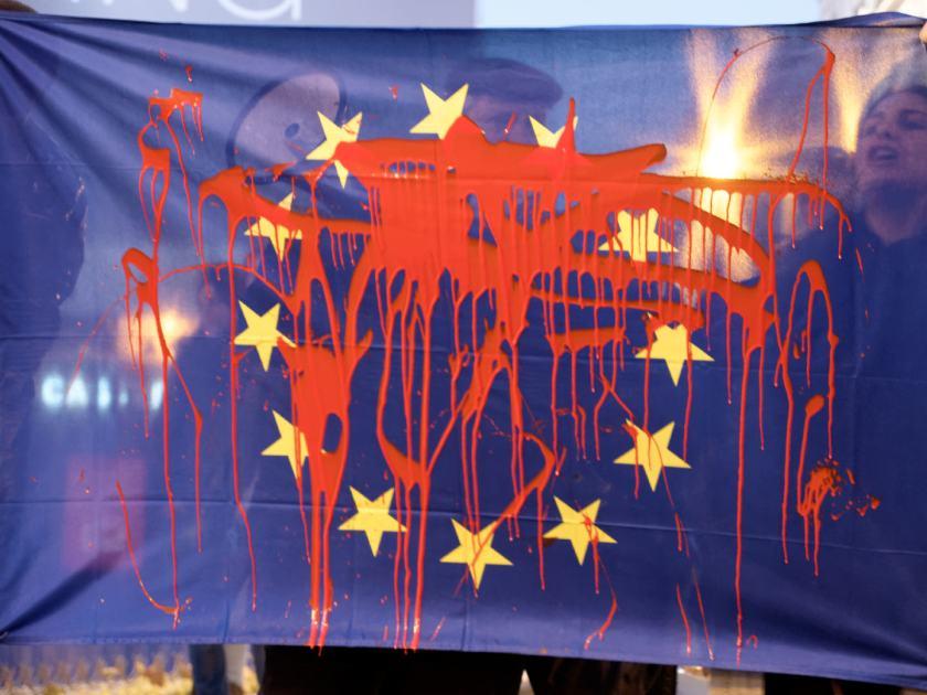 Bandera europea ensangrentada. Manifestación por los derechos de los refugiados en la Puerta del Sol de Madrid. Fotografía de Luis F. Roncero.