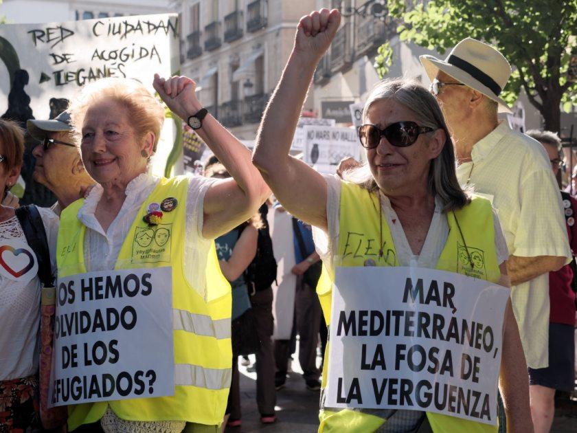 Ancianas con pancartas se manifiestan en Madrid celebrando el Día Mundial del Refugiado. Fotografía de Luis F. Roncero.