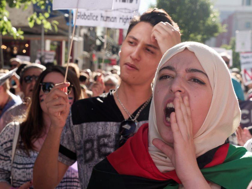 Mujer con hijab grita en manifestación en Madrid celebrando el Día Mundial del Refugiado. Fotografía de Luis F. Roncero.