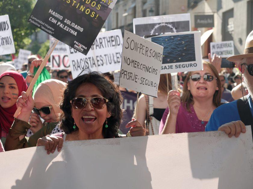 Mujer grita en manifestación en Madrid celebrando el Día Mundial del Refugiado. Fotografía de Luis F. Roncero.