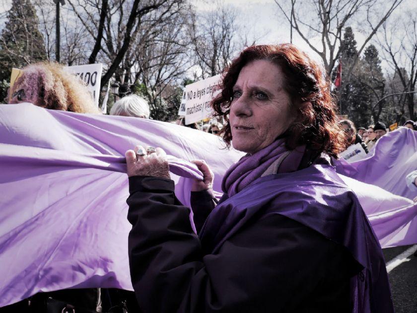 Mujer sostiene una bandera gigante de la Marea Violeta. El Tren de la Libertad. Manifestación contra la Ley Gallardón del Partido Popular. Fotografía de Luis F. Roncero.