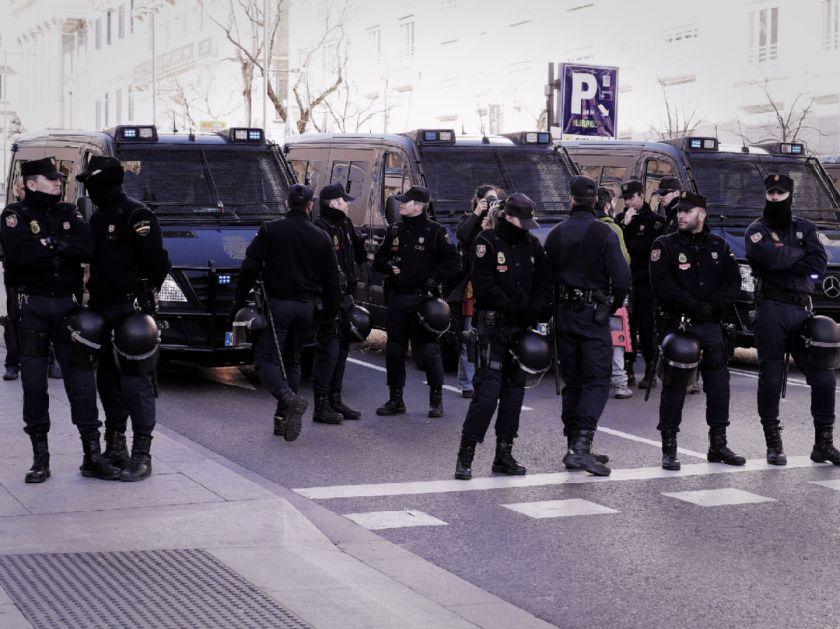 Cordón policial y furgones. El Tren de la Libertad. Manifestación contra la Ley Gallardón del Partido Popular. Fotografía de Luis F. Roncero.