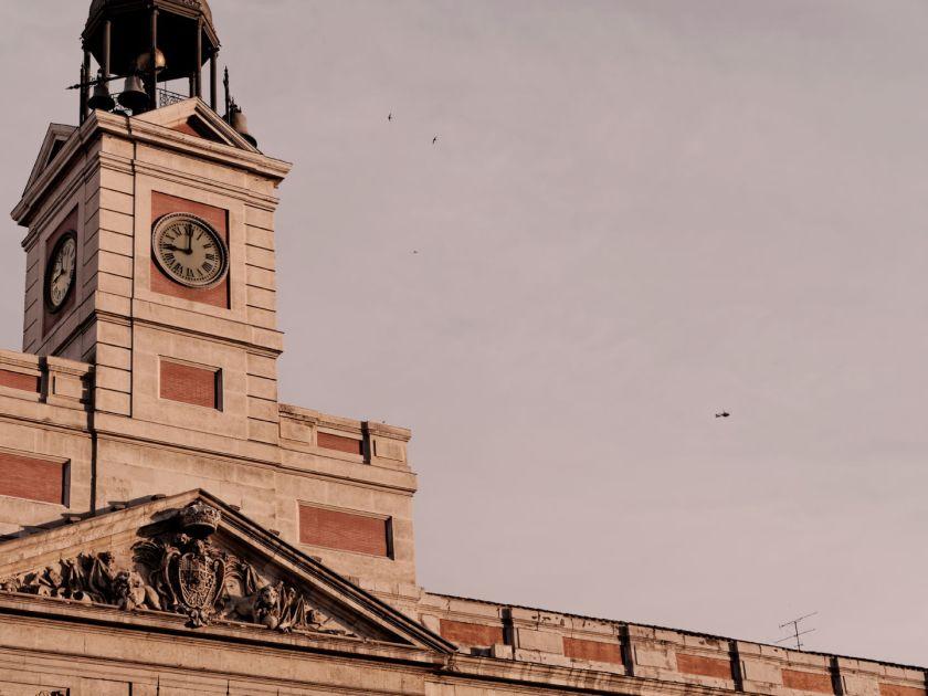 Atardecer con helicóptero de la policía en la Puerta del Sol. Manifestación para el referendum sobre la Monarquía Española tras la abdicación de Juan Carlos de Borbón. Fotografía de Luis F. Roncero.