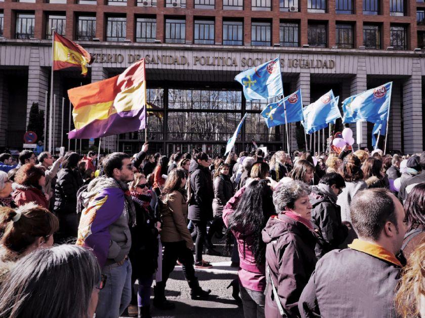 Manifestantes frente al Ministerio de Sanidad, Política Social e Igualdad. El Tren de la Libertad. Manifestación contra la Ley Gallardón del Partido Popular. Fotografía de Luis F. Roncero.