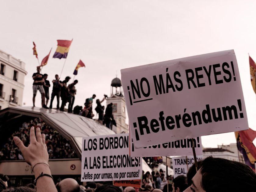 Pancarta contra la Monarquía Española. Manifestación para el referendum sobre la Monarquía Española tras la abdicación de Juan Carlos de Borbón. Fotografía de Luis F. Roncero.