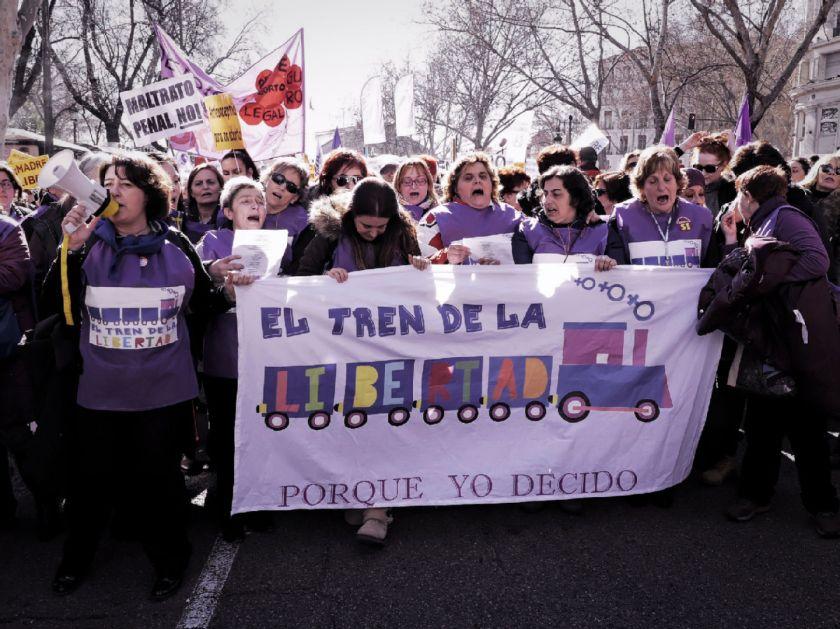 Cabecera de la manifestación con mujeres sosteniendo una pancarta. El Tren de la Libertad. Manifestación contra la Ley Gallardón del Partido Popular. Fotografía de Luis F. Roncero.