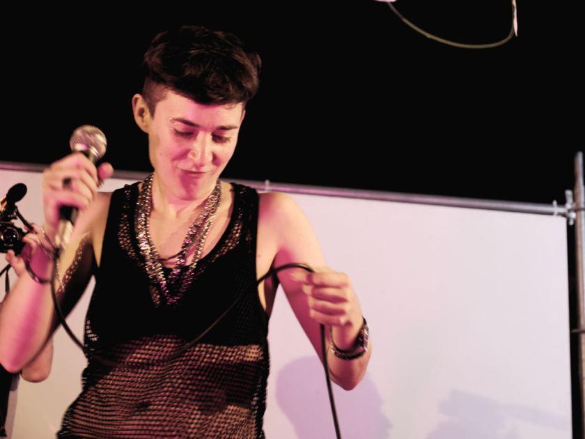 Romina Bernardo aka. Chocolate Remix Lesbian Reggaeton en concierto en Matadero Madrid. Fotografía de Luis F. Roncero.