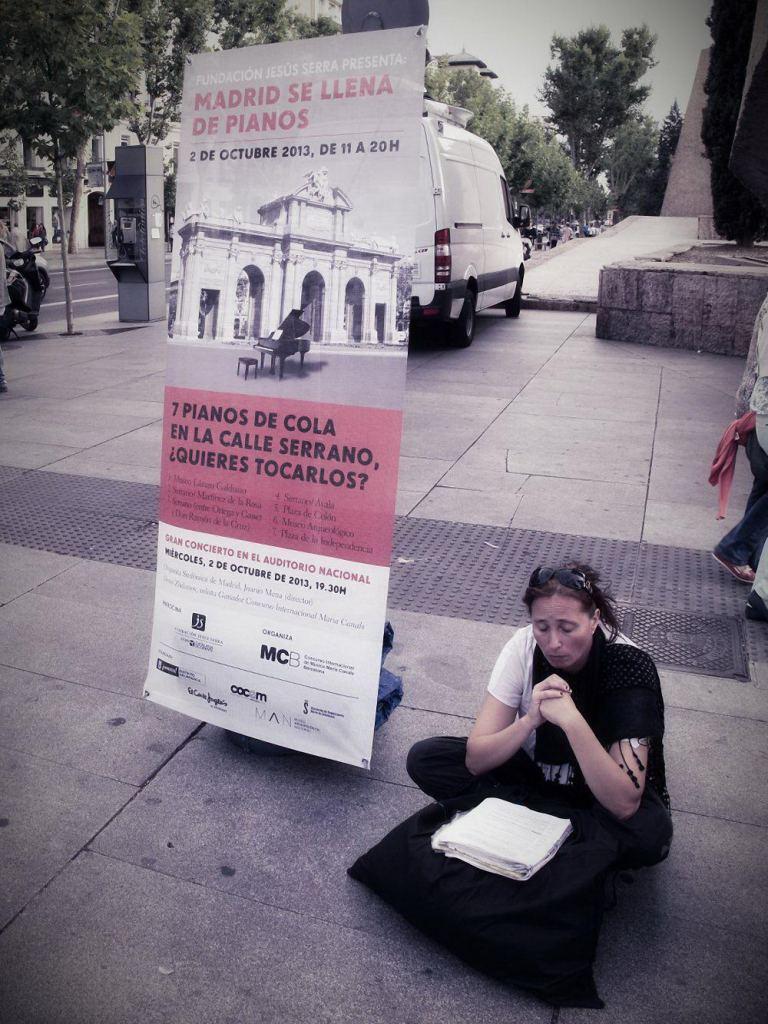 Cartel promocional de Madrid se llena de pianos. Un evento organizado en la Calle Serrano por la Fundación Jesús Serra. Fotografía de Luis F. Roncero.