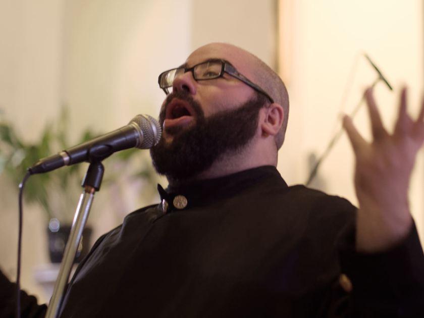Daniel Reus cantando gospel. Concierto navideño del coro Gospel Factory en la Parroquia de Nuestra Señora de las Victorias de Madrid. Fotografía de Luis F. Roncero.