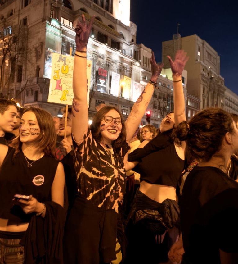 Feministas con las manos teñidas de morado. Manifestación del Día Internacional de la Mujer en Madrid. Fotografía de Luis F. Roncero.