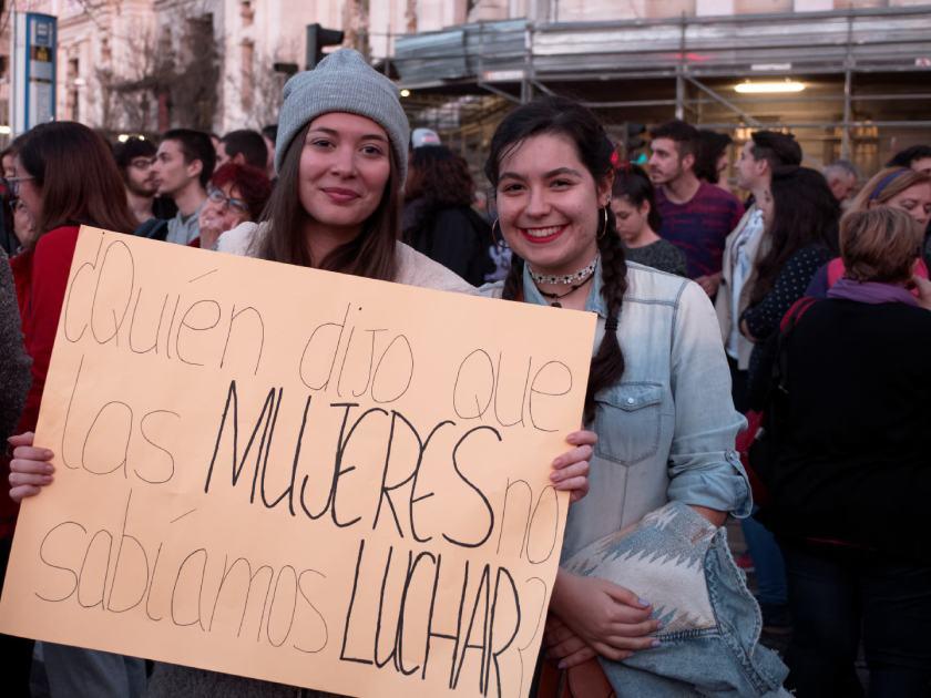 """Feministas con pancarta: """"Quién dijo que las mujeres no sabíamos luchar"""" Día Internacional de la Mujer en Madrid. Fotografía de Luis F. Roncero."""