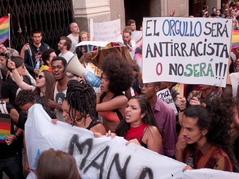 Pancarta: EL ORGULLO SERÁ ANTIRRACISTA O NO SERÁ. Manifestación del Orgullo Crítico en Madrid. Fotografía de Luis F. Roncero.