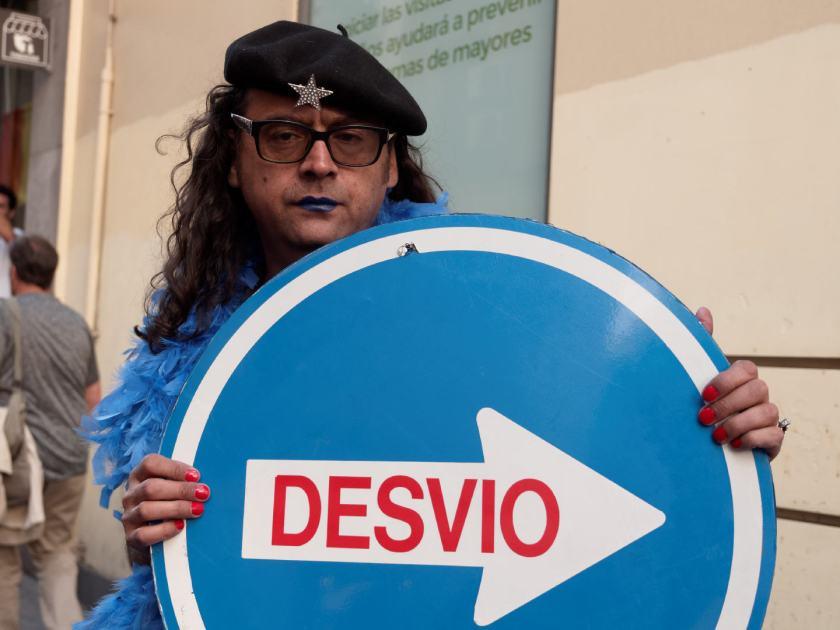 Señal de desvío. Manifestación del Orgullo Crítico en Madrid. Fotografía de Luis F. Roncero.