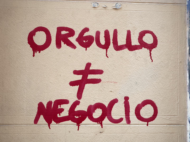 Pintada reivindicando que el Orgullo LGTBIQ no es un negocio. Fotografía de Luis F. Roncero.