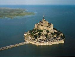 La isla de Saint Michel en la costa Normanda de Francia también está conectada s nivel energético con Paris