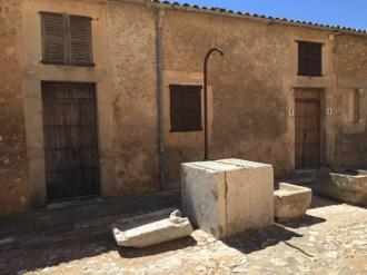 El pozo junto a la torre de Canyamel también tiene forma cúbica. El agua fue un elemento clave en el trabajo