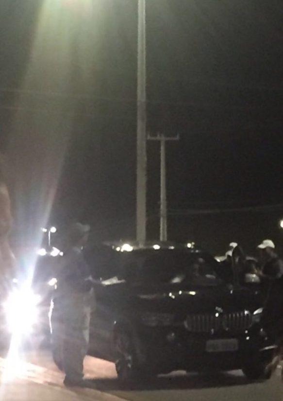 Deputado Vinicius Louro dentro do carro na blitz
