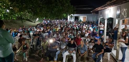 Verde discursando para um grande número de pessoas em Pedreiras