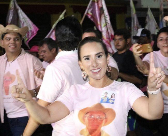 Médica Thaiza Hortegal no meio do povo que abraçou sua candidatura à deputada estadual