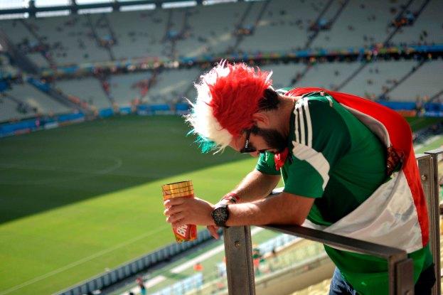 FORTALEZA, CE, BRASIL, 29-06-2014, 15h30: Torcedores mexicanos lamentam a rápida virada no placar dos holandeses que os eliminou da Copa do Mundo.