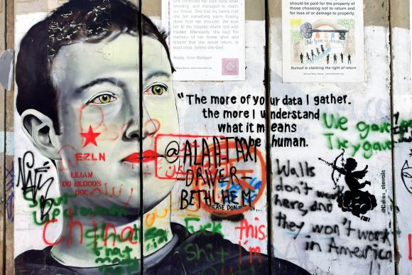 """grafite em muro onde podemos ver Mark Zuckerberg e uma frase supostamente atribuída a ele, que diz """"The more of your data I gather, the more I understand what it means to be human"""" (Quanto mais eu coleto seus dados, mais eu entendo o que significa ser humano)"""