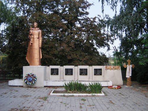 Мемориал погибшим советским воинам с поклонным крестом