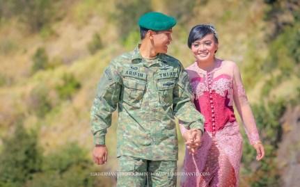 prewedding romantis di gunung bromo seragam tentara