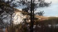 Zur linken Seite befindet sich ein weiterer, schneebedeckter Berg.