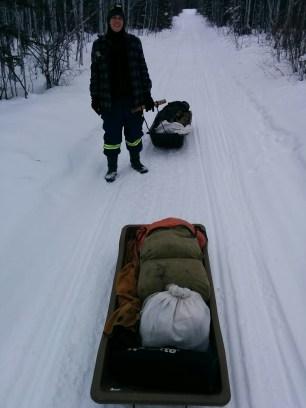 Zwei beladene Schlitten wollen durch den Schnee gezogen werden. Ich bin dick eingepackt und frohen Mutes.