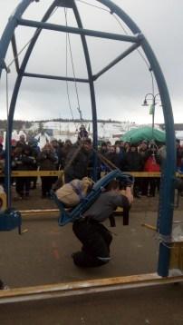 Nach ungefaehr 7 Metern versagen der Teilnehmerin die Beine und sie haengt mit Packrahmen und Mehlsack in den Seilen.