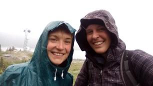 Zwei Wanderer strahlen trotz Kaelte! Auf meiner Kapuze sind tatsaechlich ein paar Schneeflocken zu erkennen.