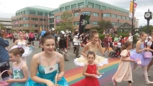 Die oertliche Ballerina- und Prinzessinnenvereinigung wird von den Whitehorse Rittern in Ruestung begleitet.