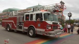 Eins von drei riesigen Feuerwehr-Einsatzfahrzeugen fuhr an uns vorbei.