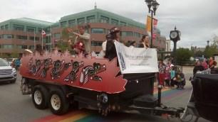 Die First Nations, also die Ureinwohner trommelten auf ihrem schoen bemalten Paradewagen.