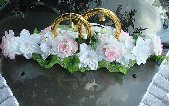 Свадебные кольца на машину с белыми цветами