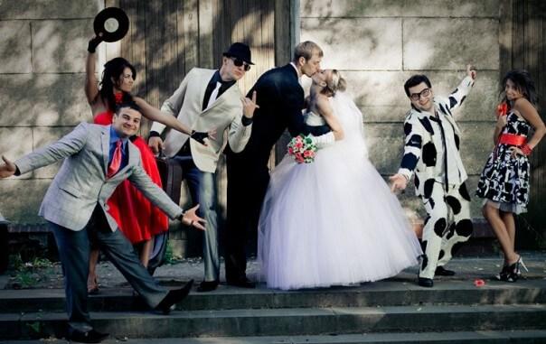 Жених, невеста и гости в стильных костюмах