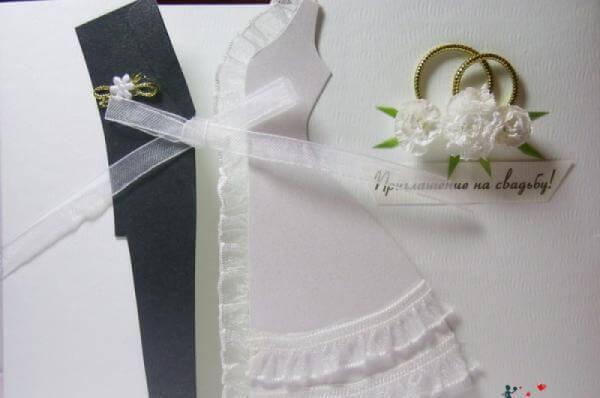 Приглашение в форме костюма жениха и платья невесты.